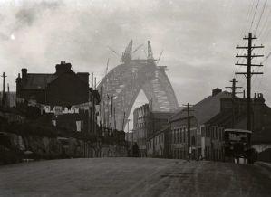 1930-view-of-the-Sydney-Harbour-Bridge-under-construction